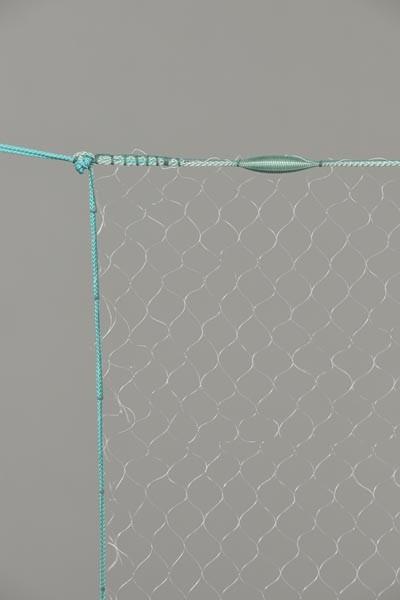 Monofil-Kiemennetz, 10 mm Maschenweite, 1,50 m tief, fangfertig montiert.